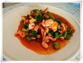 ปลาหมึกผัดพริกแกง